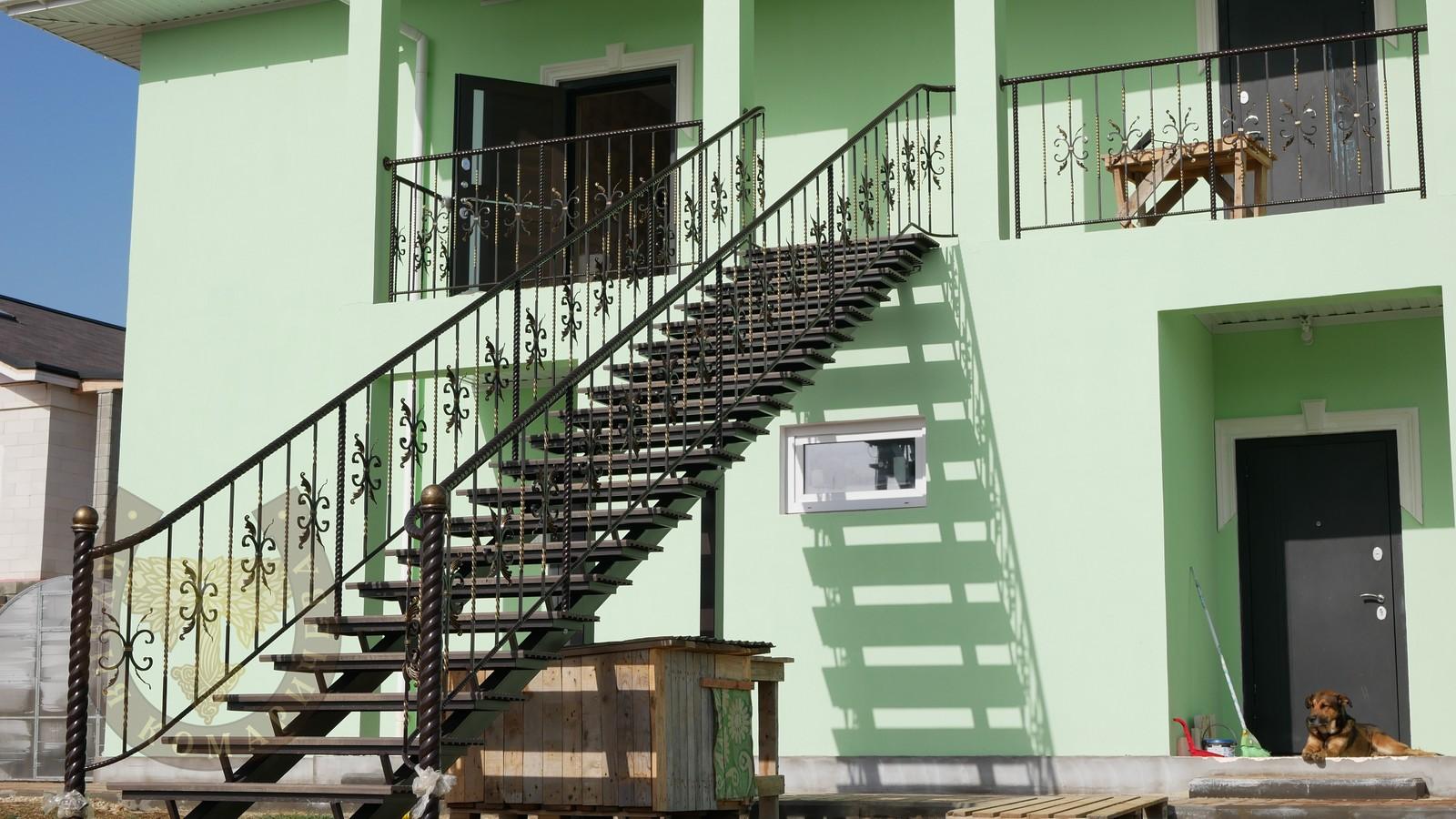 Кованая лестница с ограждениями. Дата установки: 2021 год. Полное видео смотрите в видеогалерее